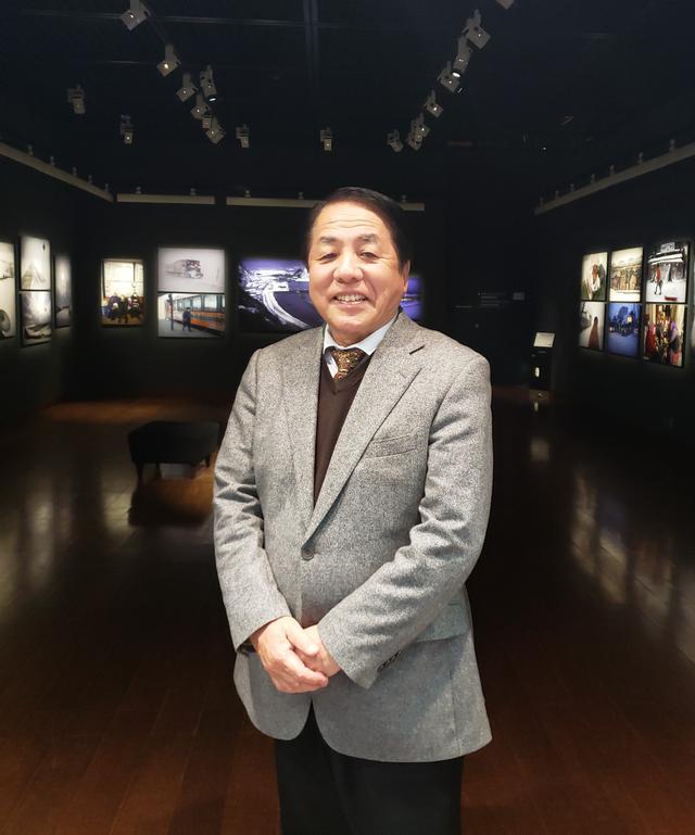 画像: 写真家、和田光弘さん。子どもの頃からずっと青森ねぶたが好きで「自分の原点はねぶた」とおっしゃる和田さん。青森ねぶたの撮影を40年以上続け「ねぶた」と題した写真集も出版されています。