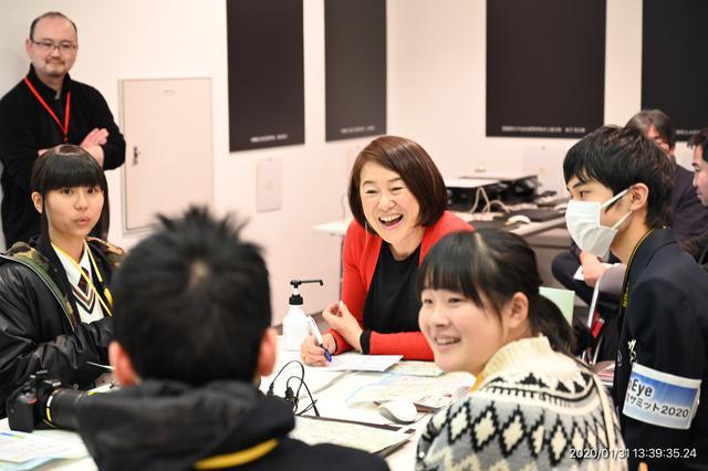 画像: ▲藤岡亜弥講師のグループ。まずは自己紹介から。初対面で固さはまだあるが、2日間で交流と友情を深めることだろう。