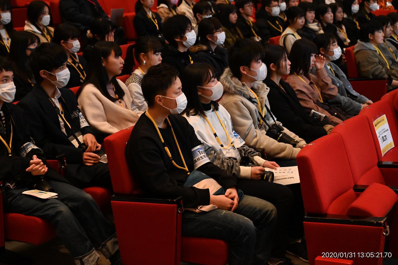 画像: ▲全国から選抜された15校、45名の高校生がグループごとに着席した開会式の様子。