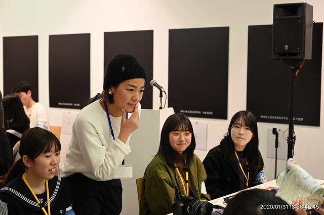 画像: ▲秋山華子講師のグループ。生徒の話に耳を傾ける秋山さん。