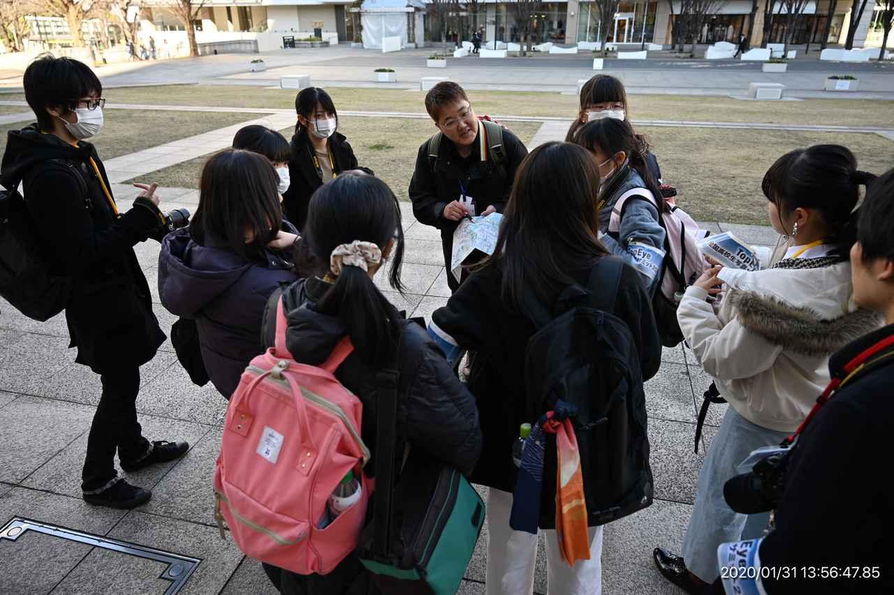画像: ▲秋元貴美子講師のグループが撮影場所を確認。