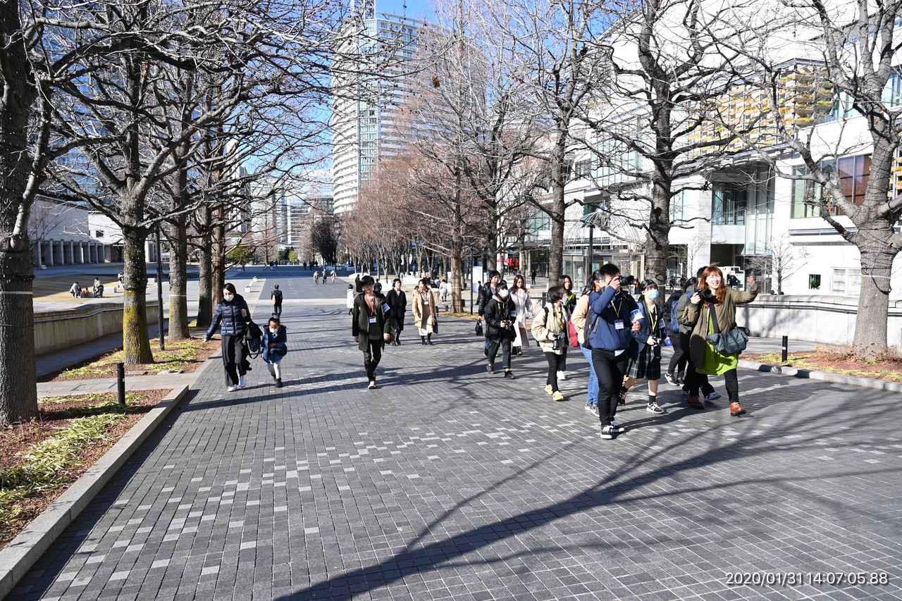 画像: ▲横浜の街に繰り出すミゾタユキ講師(右端)のグループ。