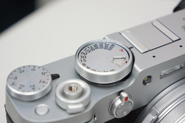 """画像: 引き上げロック式に改良され使い易くなったISO感度設定ダイヤル。ホットシューも""""ツライチ""""のデザインになるよう削っている。"""