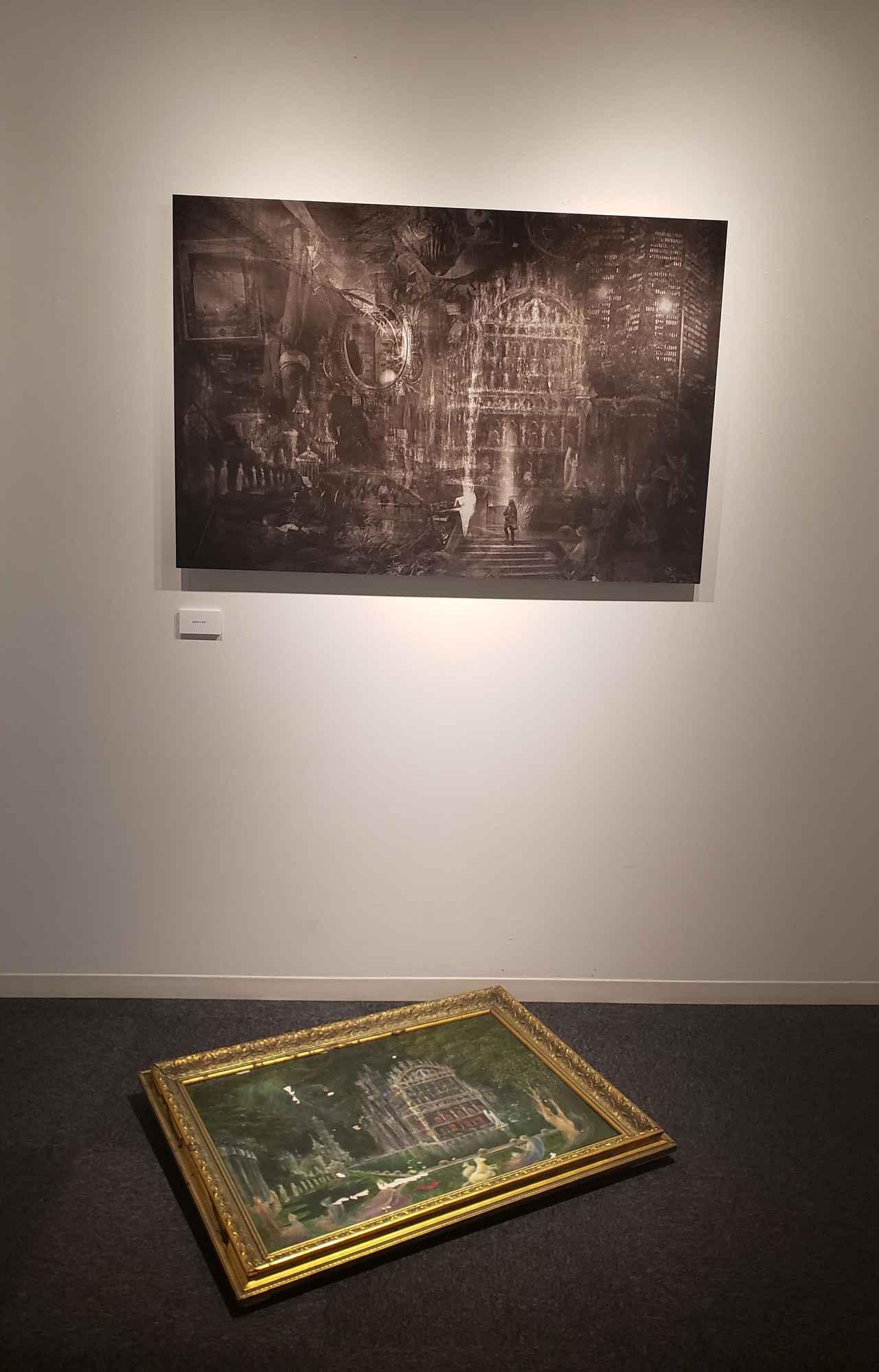 画像: 展示作品より。ご両親も叔父さんもアーティストという高島さん。床に直置きされた絵画は実家から借りてきたもの。壁に展示されている作品には、この絵画を複写した写真が。