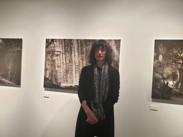 画像: 写真家、現代美術家の高島空太さん。「写真展になると、有難いことにほぼ質問攻めです(笑)」と明るく笑う高島さん。作品を拝見して、色々お話を伺いたくなってしまう気持ちは私も同じです。(笑)