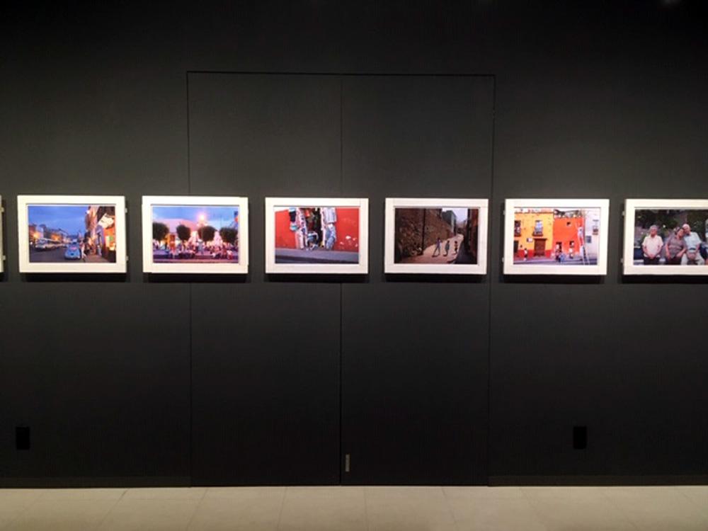 画像1: 伊勢谷浩一写真展『Callejon de Guanajuato』は、メキシコ中部にあるグアナファト州の州都グアナファトを舞台に、1カ月にわたって作者が撮り続けたカラフルで明るくて爽やかで透明感のあるスナップを展示しています。