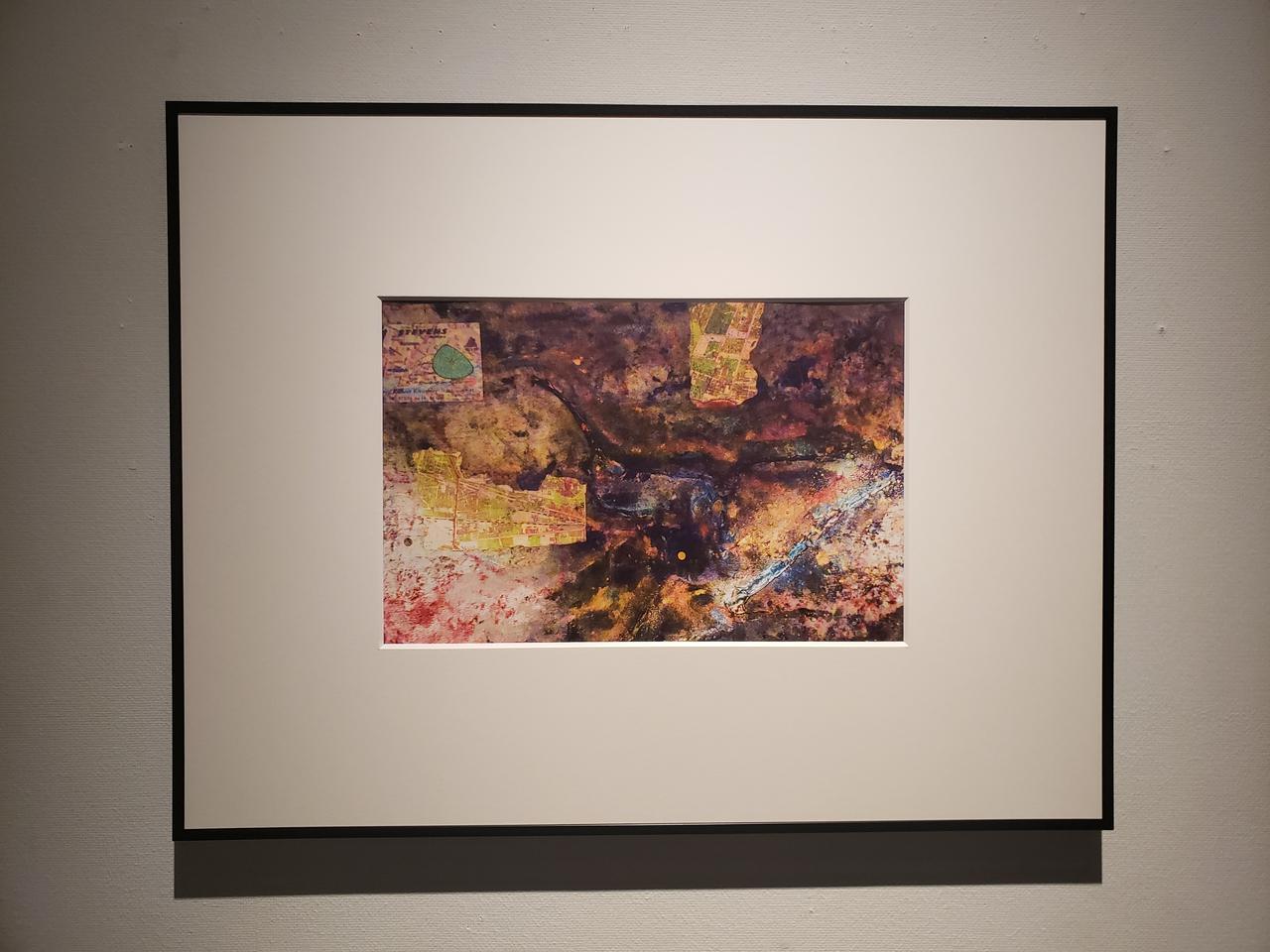 画像: 展示作品より。本展ではカラーの作品も1点展示されています。 「廃墟とかが好きなんです。作品には結構、わけがわからないものが入り組んでいるなかに、個人的な要素が混ざっているのが私の作品の色かもしれません」と高島さん。