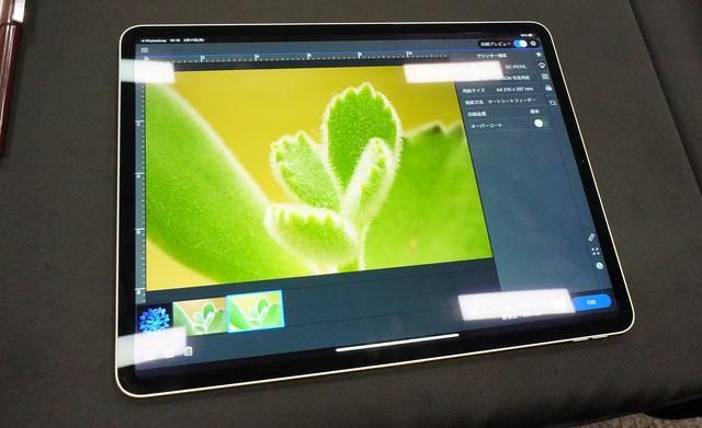 画像: iPadによるカラーマネジメントの様子。開発中のアプリ「Epson Print Layout」