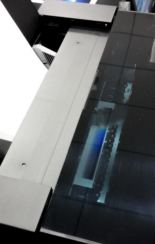 画像: カバーを閉めたままで印刷状況を観察できる機内照明
