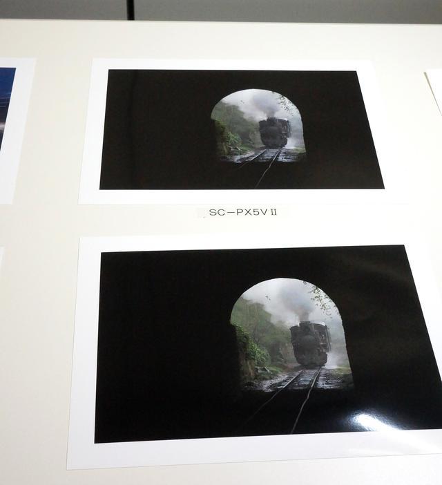 画像: 「漆黒」プリントの比較。手前が「SC-PXV1」によるもの。実際のプリントでは違いがよくわかる