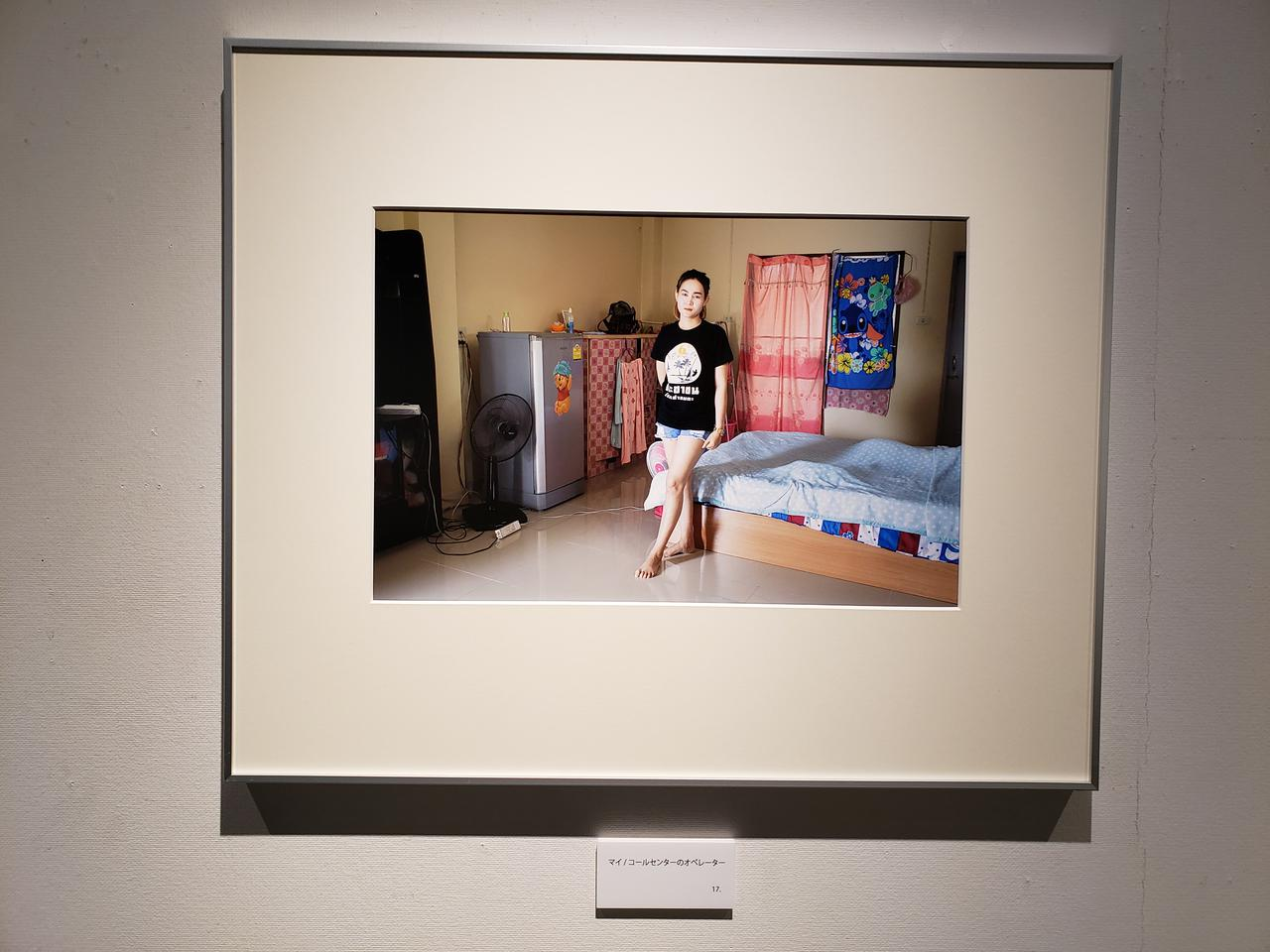 画像: 展示作品『マイ  コールセンターのオペレーター』より。 会場で閲覧できる本展のパンフレットには「強い日差しを気づかってGジャンを差し出してくれた」と木村さんからの一言の書かれています。