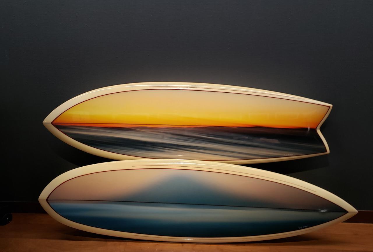 画像: 会場には、波の写真をプリントした和紙を使用して制作された、2本のサーフボードも展示されています。 本展では、このサーフボードの制作過程を撮影した映像もご覧いただけます。 「展示が終了し、サーフボードとして波に乗れる日が心から待ち通しいです」と熊野さん。