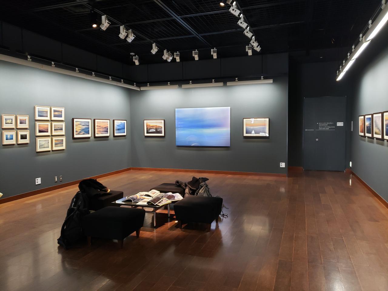画像: 展示会場風景。本展では、熊野さんが数年をかけて湘南海岸で撮影した約30点の波の写真が展示されています。