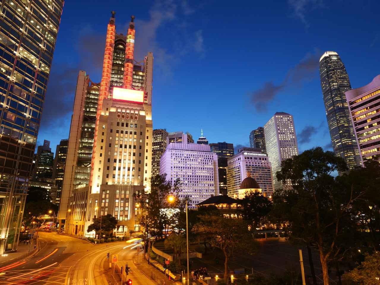 画像: ▲香港の街並み、ビルの細部まで緻密に描写している。 ■絞りF5.6 1.3秒 WB:マニュアル ISO200 35mm判換算20mm相当の画角で撮影