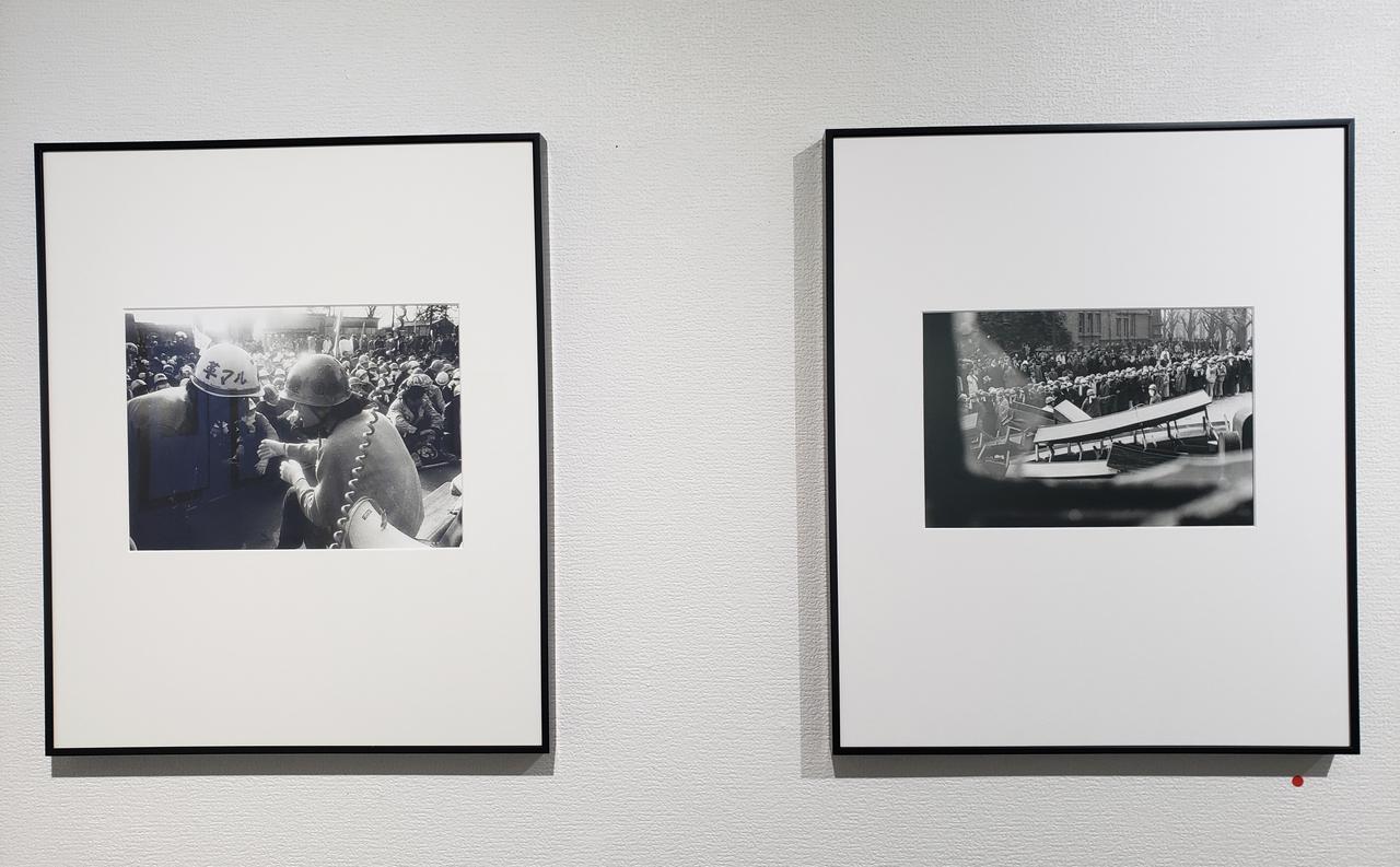 画像: 展示作品より。本展を鑑賞していると、個人的にも報道写真を目にする機会が多い私自身が、その時代の空気や出来事を後世まで残り伝えていく写真とは何か?消費されていく写真とは何か?を改めて考えるきっかけをいただいたように思います。同時に、1968年から1969年にかけての時代を知らない今を生きる私にとって、写真に写る彼らの姿を通し、民主主義とは?また体制や権力と呼ばれるものについて、自分だったらどのような姿勢を選択するだろうと考えるきっかけもいただきました。