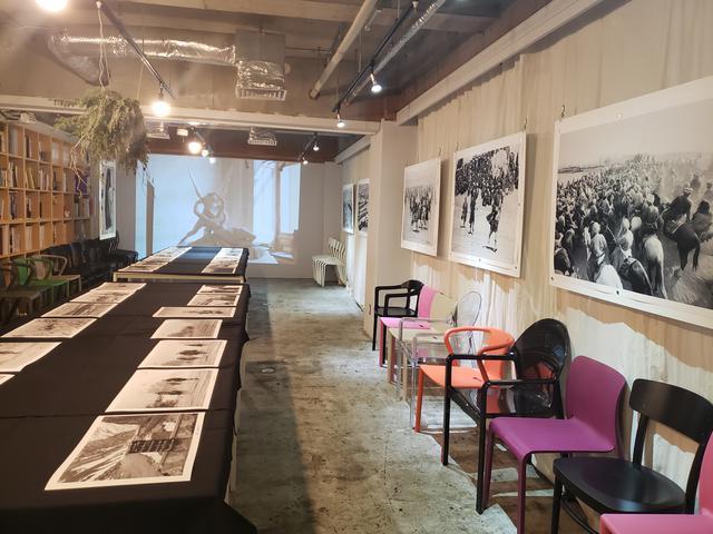 画像: 会場風景。本展では、山下さんが特にお気に入りというフランスの紙を使ってプリントした美しいモノクロ写真の数々が展示されています。
