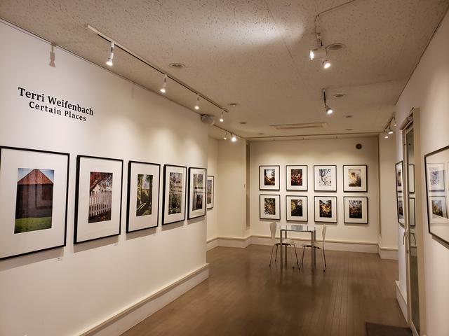 画像: 会場風景。 ブリッツ·ギャラリーで行われるワイフェンバックさんの個展は今回で7回目となります。「Certain Places」というタイトルが示すように、今まで世界各地で撮影されたシリーズから、約35点の作品が展示されています。