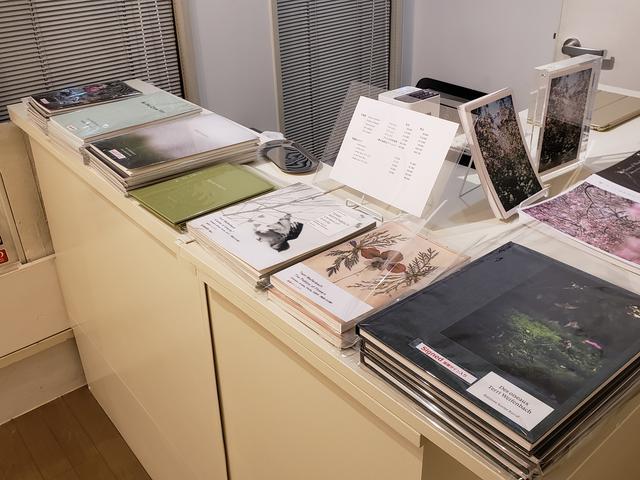 画像: 本展では、ワイフェンバックさんのサイン入り写真集「Centers of Gravity」(2017年)、「The Politics of Flowers」(2005年)、「Some Incescts」(2010年)、「Des oiseaux」(2019年)や、ブリッツ・ギャラリーが過去に刊行し残り僅かとなった関連展覧会カタログも販売中です。