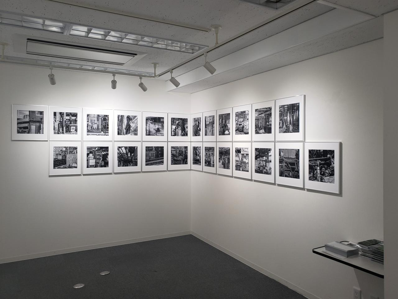 画像: 会場風景より。本展は石田さんの最新作であり、2018年10月6日に閉場した築地市場の内部を撮影したモノクロ作品39点が展示されています。