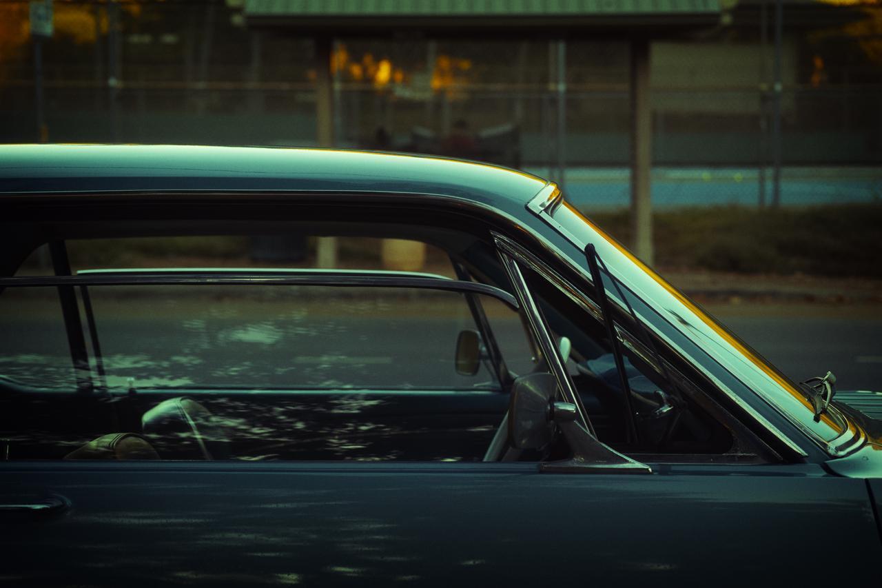 画像: ▲テニスコート近くに停まっていた風景に溶け込むような色合いの車。夕陽のオレンジの写り込みを強調する ように現像した。 ■シグマdp3 Quattro 絞り優先AE(F3.5)   WB:オート ISO100
