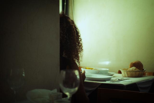 画像: ▲リスボンを訪れるたびに足を運んでいる食堂。窓から差し込む午後の光が女性の髪を照らし出し、映画の一 場面を見ているような感覚に陥った。 ■シグマdp3 Quattro 絞り優先AE(F2.8) WB:オート ISO160