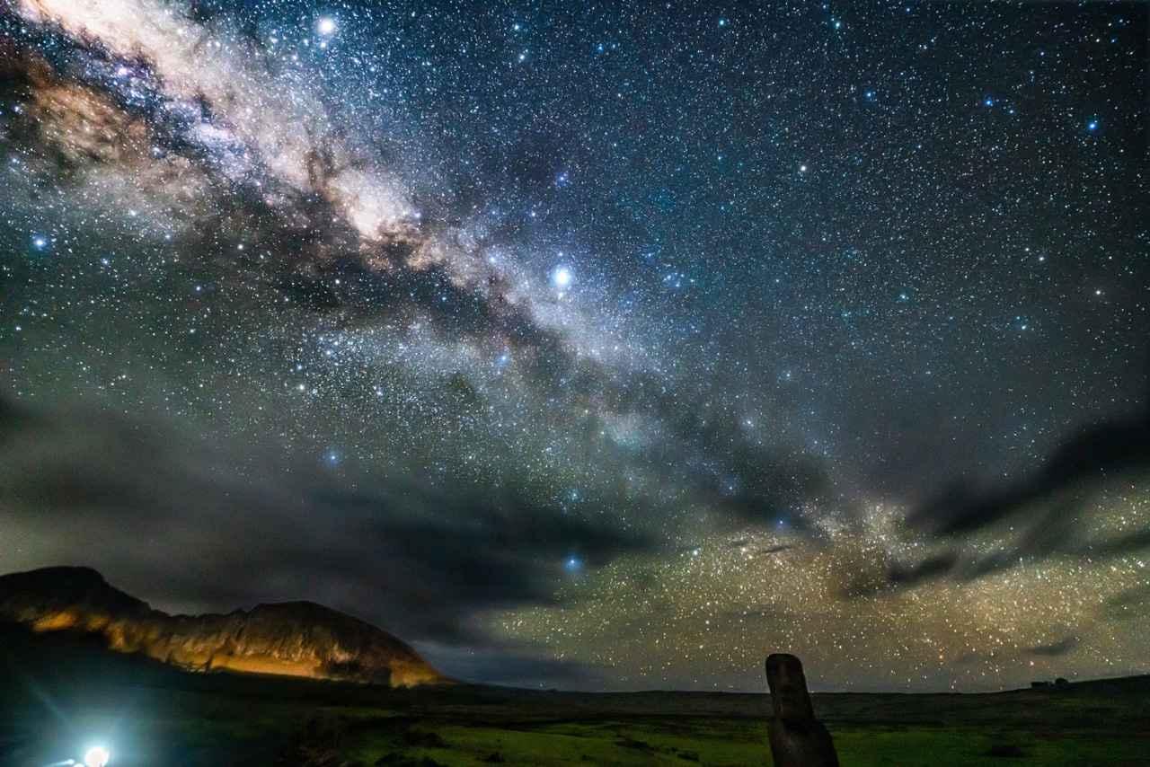 画像: 「ラノ・ララクの上に輝く天の川中心」 ▲この時期イースター島では、夜半、天の川の最も明るい部分が頭上高く輝き、その迫力に圧倒される。ラノ・ララクの山腹が車のライトで明るく輝いた。 ■ソニーα7R Ⅲ SIGMA 14mm F1.8 DG HSM Art 絞りF1.8 30秒 ISO4000 赤道儀による追尾撮影 Leeソフトフィルター3番