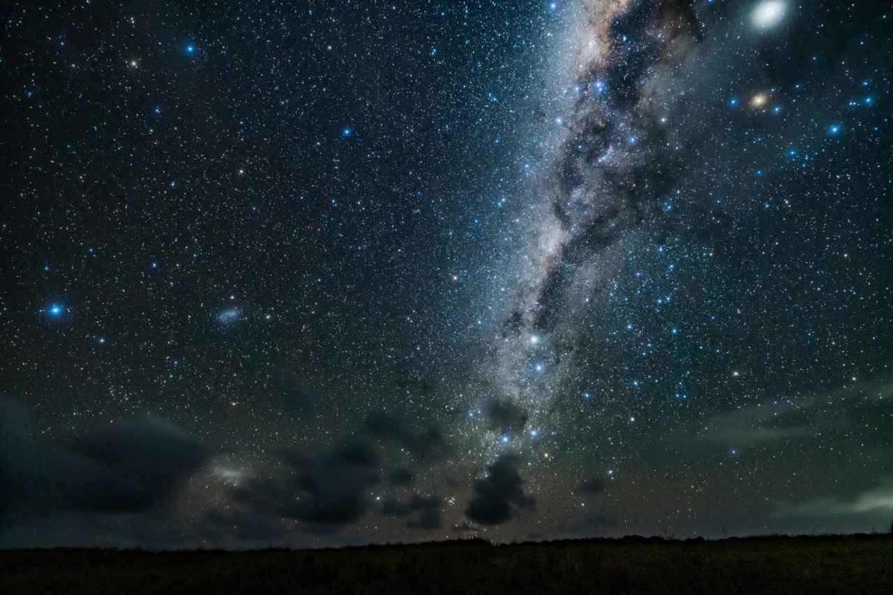 画像: 「天の川に見える黒い模様」 ▲ハイコントラストな天の川の光の中には、複雑な暗黒の模様を見ることができる。インカでは、この模様をカエルやリャマ、へびなどの動物に見立てていた。 ■ ソニーα7R III SIGMA 14mm F1.8 DG HSM Art 絞りF1.8 30秒 ISO4000 赤道儀による追尾撮影 Leeソフトフィルター3番