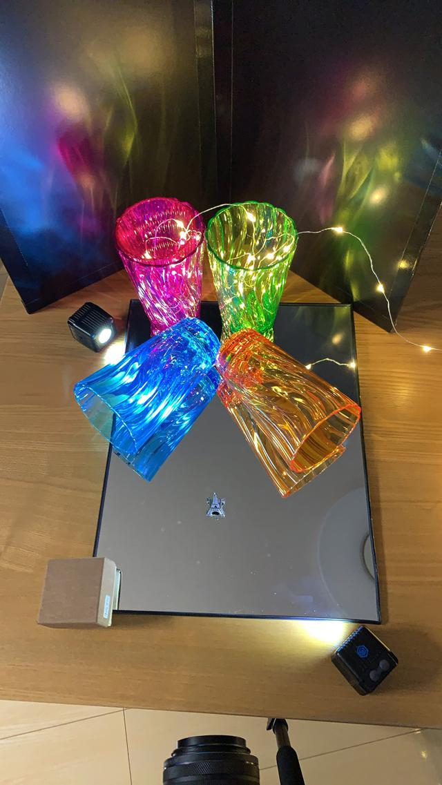 画像: ▲テーブルの上に、鏡を置き、その上に背景としてグラスを配置する。グラスの中には、小さな電飾を入れた。背景には、自作の黒レフを置いた。LED照明を2つ使って、一つは背景に、一つはエッフェル塔を照明した。