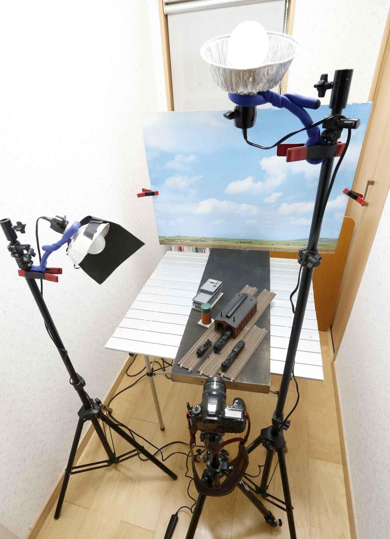 画像: ▲ジオラマとも呼べない簡単な部材の配置でも、カメラから見れば、ひとつのまとまった風景に見える。撮影のためにはこれで十分なのだ。