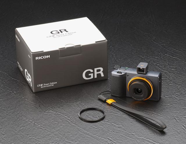 画像: RICOH GR III Street Edition 本体、専用本革ストラップ「GS-2 SE」、専用外部ミニファインダー「GV-2 SE」、山吹色とブラックのリングキャップGN-1のセットとなる