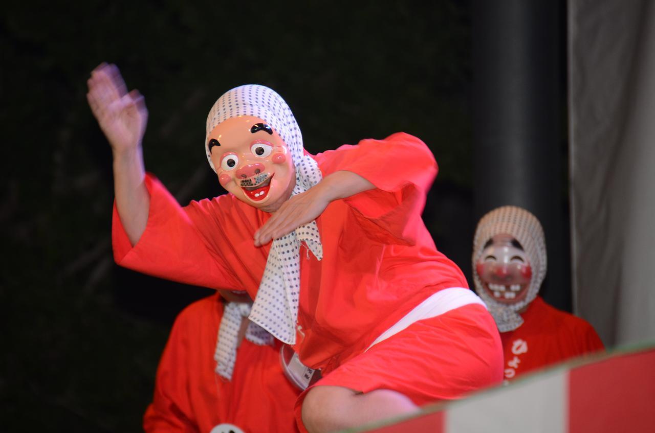 画像: ステージではひょっとこの踊りの模範演技や、個人戦などが行われる。