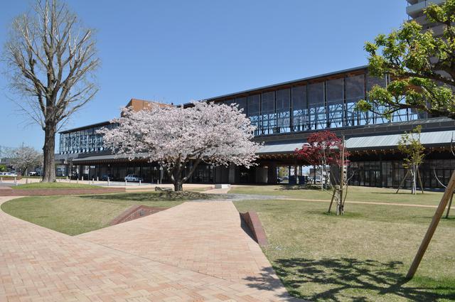 画像: 祭りの会場となる日向市駅前広場。日向市駅は独特の建築様式が世界で高い評価を受け、「ブルネルアワード2008」では最優秀賞を受賞している。