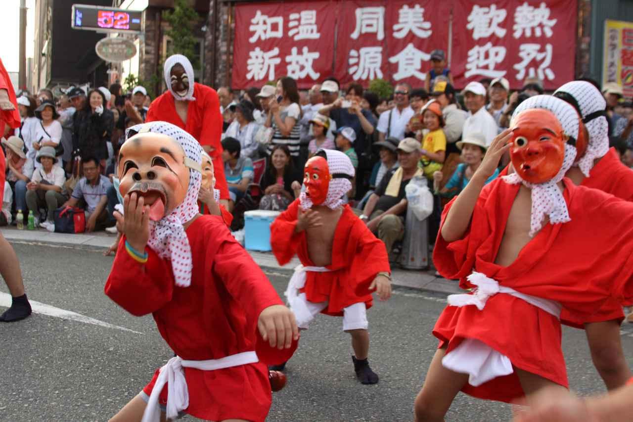 画像: 踊り手は子どもから大人まで幅広く参加が可能。