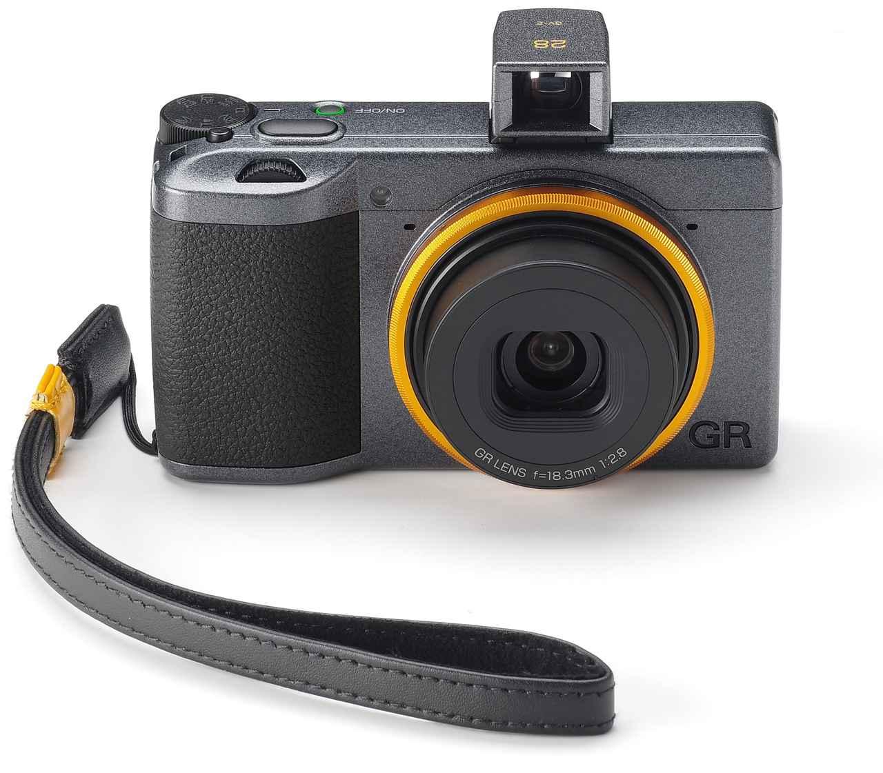 画像: 山吹色のリングキャップに専用本革ストラップ、専用外部ミニファインダーを装着したRICOH GR III Street Edition
