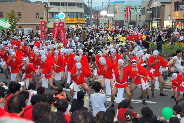 画像: 「日向ひょっとこ夏祭り」の一番の見どころであるパレード。たくさんの踊り手が街中を練り歩く。