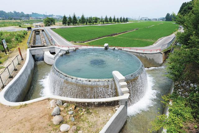 画像: 東山円筒分水槽(清掃)  毎年3月に水を止め清掃を行っている。
