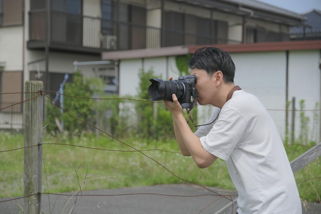 画像: ▲梅雨空の合間にGFX100でテスト撮影中の高桑正義さん。