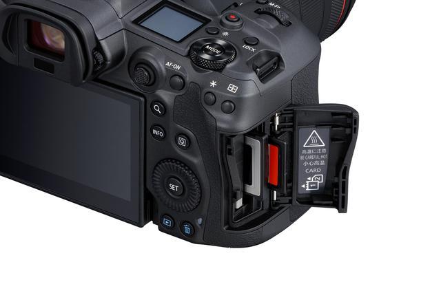 画像: EOS R5はCFexpressとSDのデュアルスロットを搭載