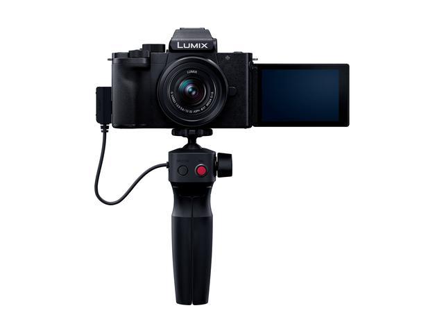 画像: ▲こちらは「DC-G100V」で標準ズームレンズとトライポッドグリップ(DMW-SHGR1)が付属する。この状態でグリップ部の録画ボタンを押せば、自撮りが容易に行える。