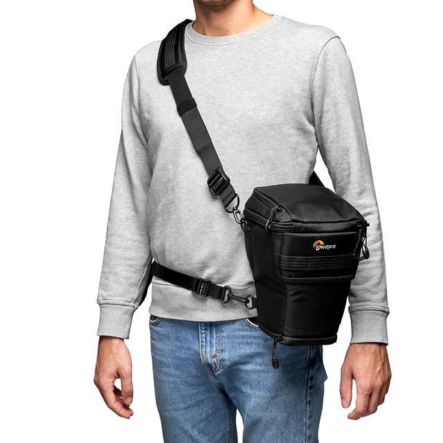 画像: ▲付属のユーティリティーストラップを使用することで、ショルダーバッグとしての持ち運び方(左)以外に、チェストハーネス装着(中央)、ホルスター装着(右)が可能。バッグ背面にはベルト通しあり。