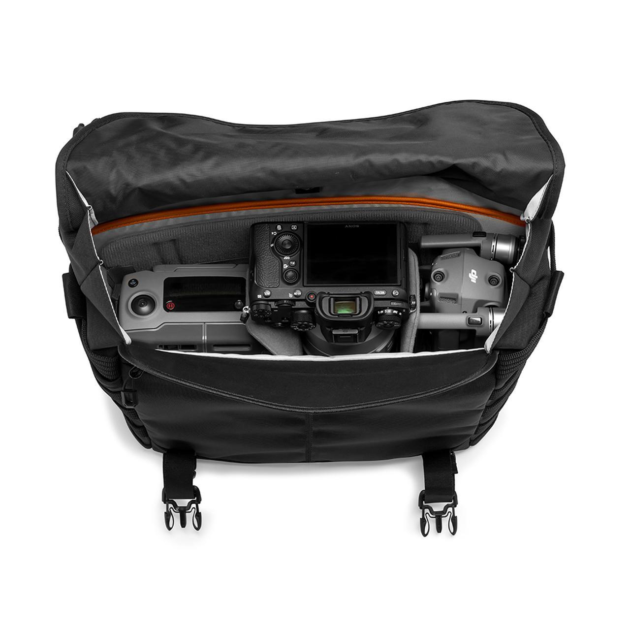 画像: ▲標準ズームレンズ付きのミラーレスカメラ+交換用レンズ1 本+折りたたみ式ドローン。