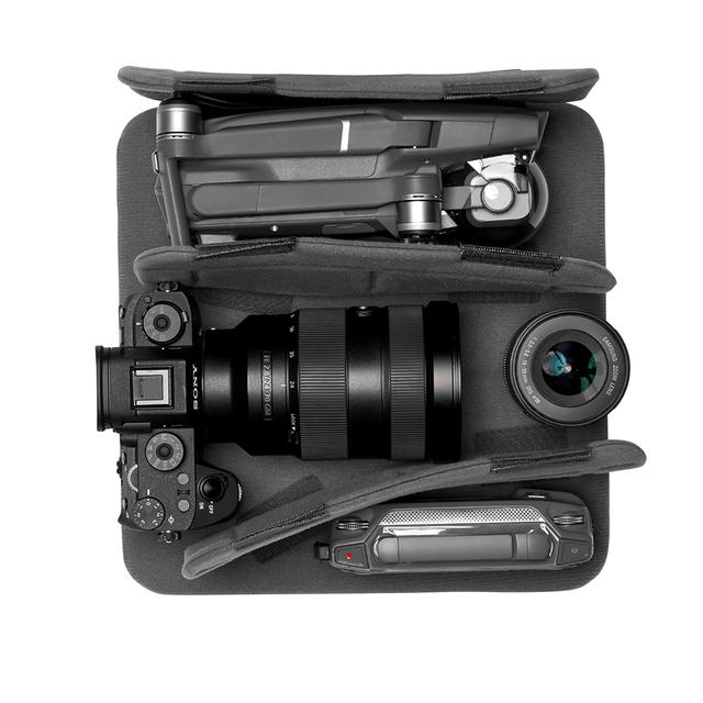 画像: ▲24-70mm レンズ付きのミラーレスカメラ+交換用レンズ1 本+折りたたみ式ドローン+コントローラー。