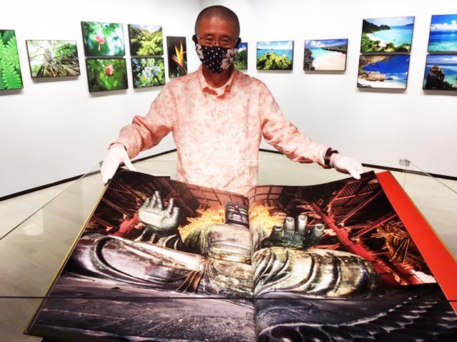 画像: B2の超特大写真集『東大寺』の現物も展示されています。見開きだと左右が1000㎜!! 価格は36万円(税別)!