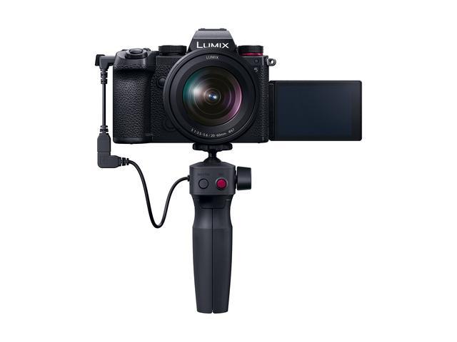 画像: ▲自撮りなどに便利なVLogger向けのトライポッドグリップ「DMW-SHGR1」(別売=市場想定価格税別9800円)を装着した状態。
