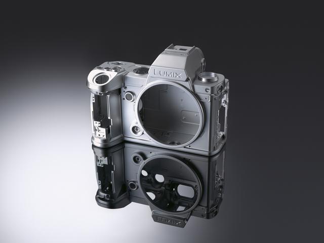 画像: ▲動画撮影時の冷却性能なども考慮された設計のフルマグネシウムボディ。