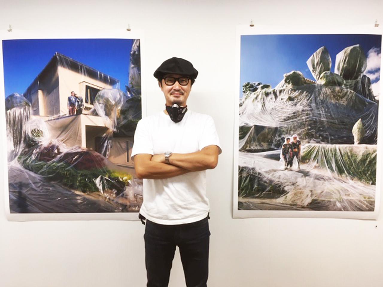 画像: ハル氏。左右のA0ノビ大の作品はお値段100万円です。