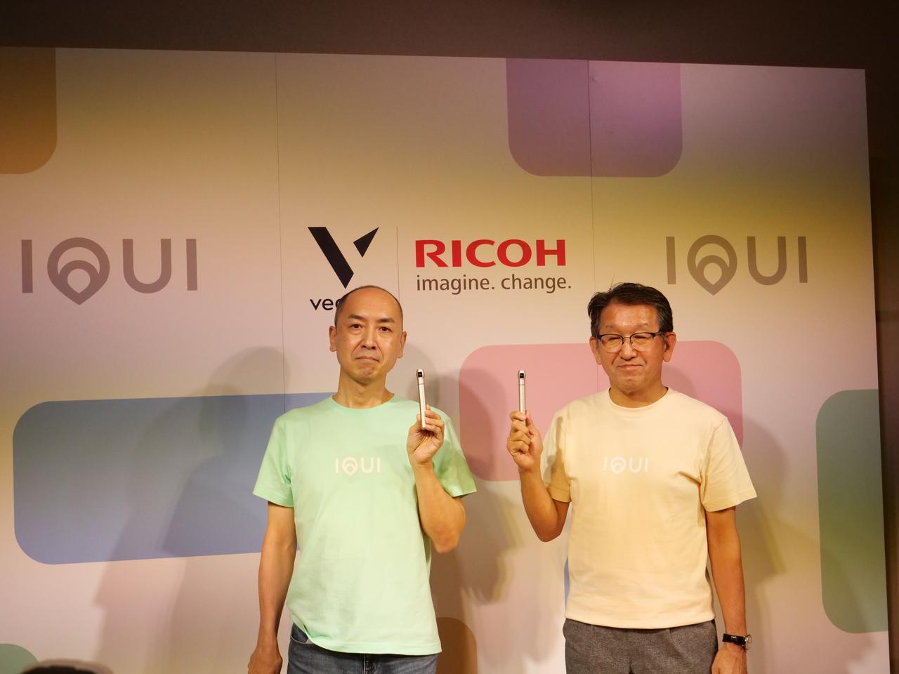 画像: ▲IQUIを手にするベクノスCEOの生方秀直氏(左)とリコー社長の山下良則氏。