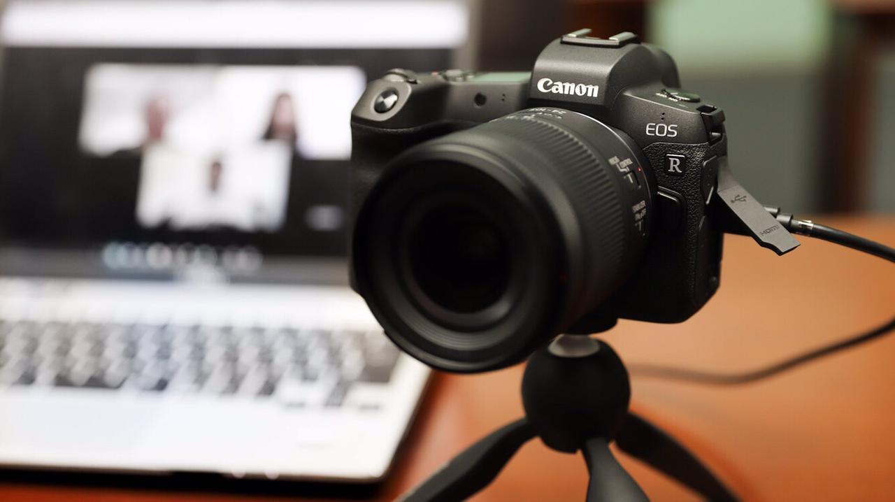 画像: ▲EOS Rをノートパソコンに接続して「EOS Webcam Utility」使用のイメージ。