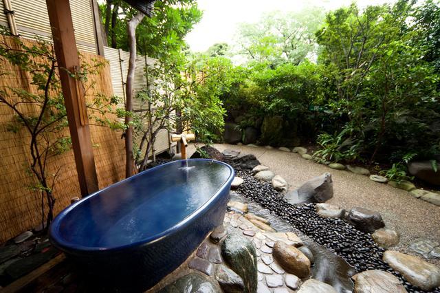 画像: ▲貸切露天風呂「陶雅の湯」は浴槽が冷めにくい信楽焼です。