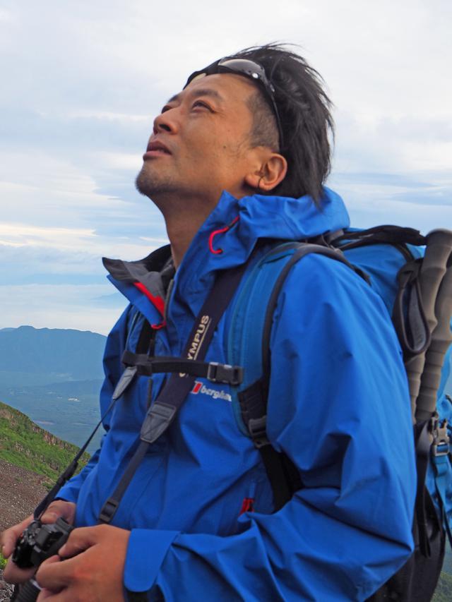 画像: 1973年生・埼玉県在住。20歳の時に富士山に魅せられ写真撮影をはじめる。様々な風景・人に出会い、富士山全般をテーマに活動をしている。夏の2カ月間は、富士山頂上小屋「扇屋」に住み込みながら天空を撮影する。写真集『Mt.FUJI3776 富士山頂の世界』(山と溪谷社)。